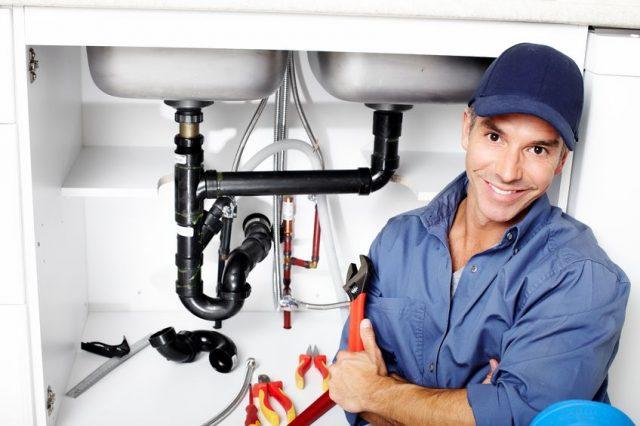 Evier bouché : contacter un plombier ou déboucheur ?