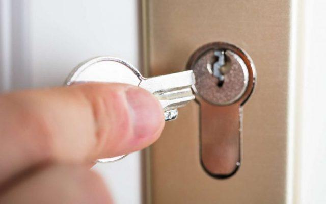 Comment ouvrir une porte avec la serrure cassée ?